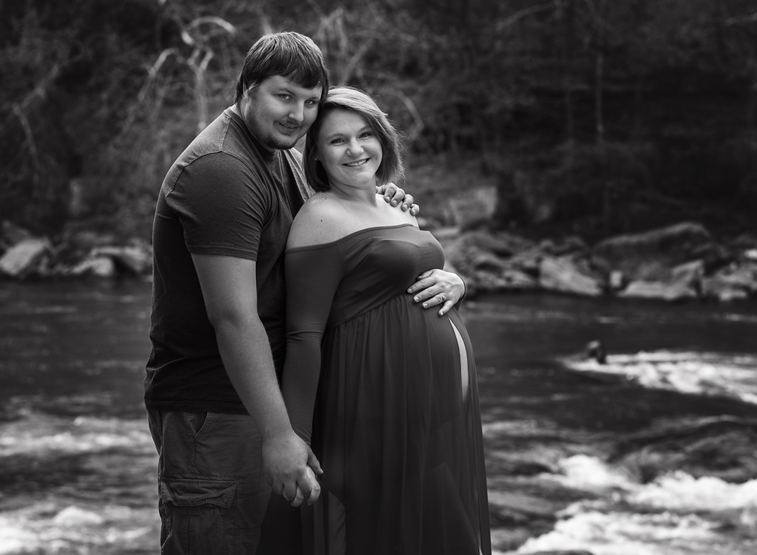 b&w couple pregnancy